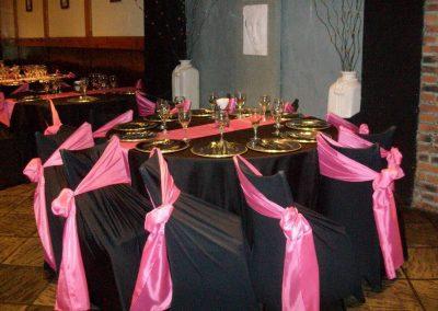 Mesas con Mantelería en Negro y Rosa