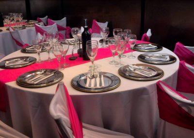Mesas con Mantelería en Blanco y Rosa